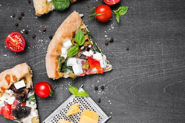 Flach liegender pizzarahmen mit gemüse