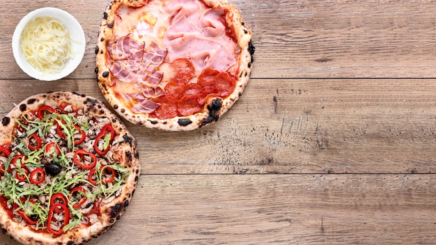 Flach liegender pizzarahmen mit kopierraum