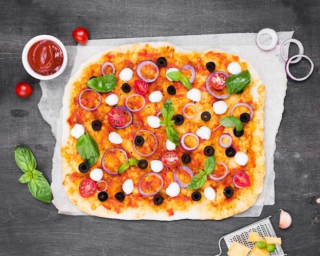 Flach liegender pizzateig mit sauce