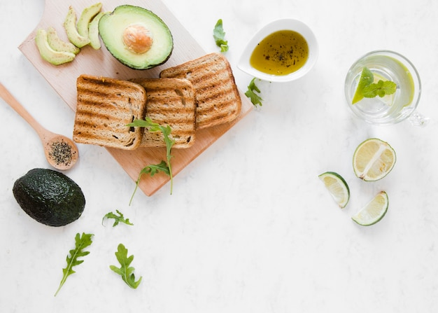 Flach liegender toast mit avocado