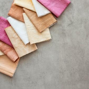 Flach liegendes farbiges tuch-sortiment mit natürlichen pigmenten
