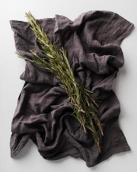 Flach liegendes natürliches pigmentiertes tuch