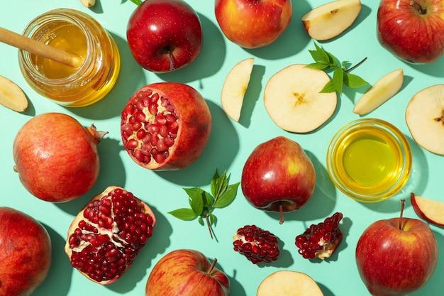 Flach mit apfel, honig und granatapfel auf minze legen