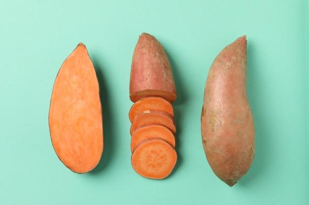 Flach mit süßkartoffeln auf minzoberfläche legen