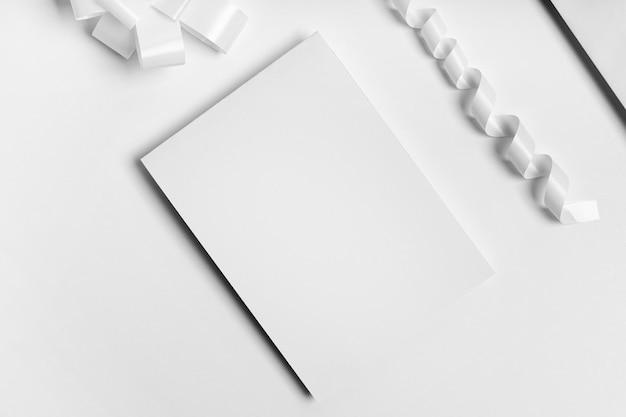 Flache anordnung aus weißem papier und farbband