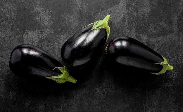 Flache anordnung der auberginen