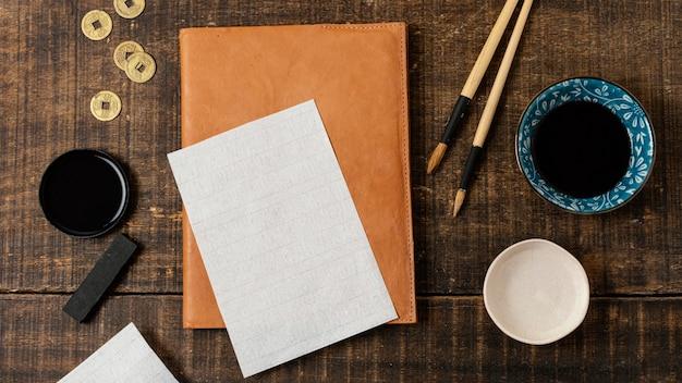 Flache anordnung der chinesischen tinte mit leerer karte
