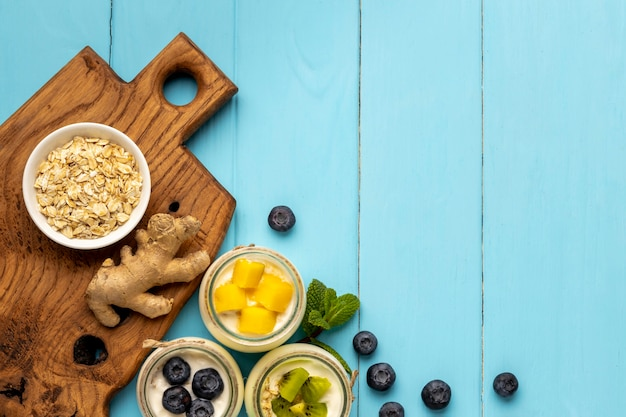 Flache anordnung der köstlichen frühstücksmahlzeit mit joghurt