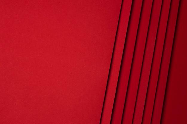 Flache anordnung der roten papierblätter hintergrund