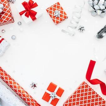 Flache anordnung der verpackten geschenke mit kopierraum