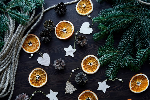 Flache anordnung der weihnachtskomposition draufsicht von trockenen orangen