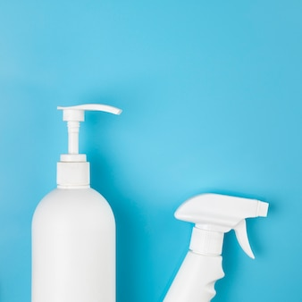 Flache anordnung mit spray- und seifenflaschen