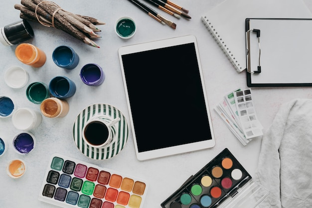 Flache anordnung mit tablette und farbe
