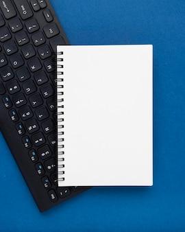 Flache anordnung mit tastatur und notebook