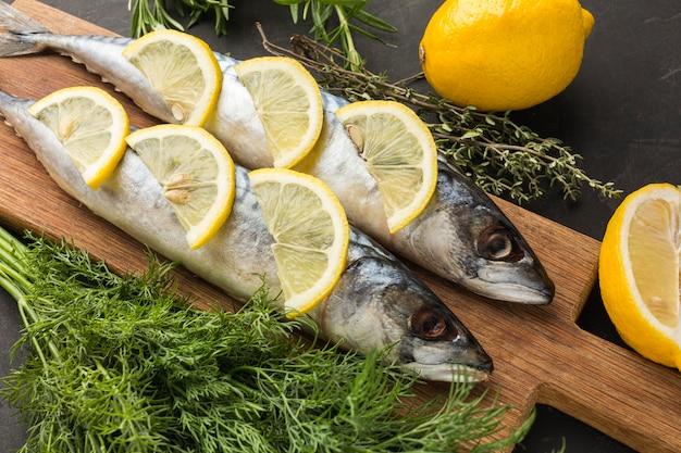Flache anordnung von fisch und zitrone