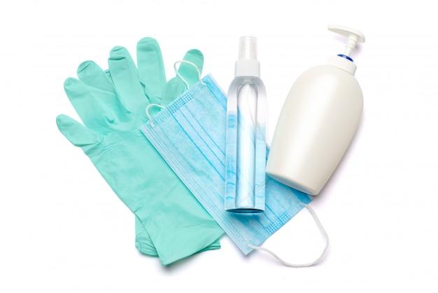 Flache anordnung von hygieneartikeln - latexhandschuhe, maske und händedesinfektionsmittel oder flüssigseife isoliert auf weißem hintergrund mit clipping parh