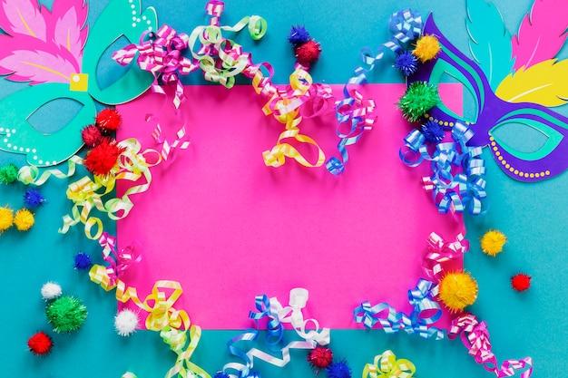 Flache anordnung von karnevalsmasken und konfetti