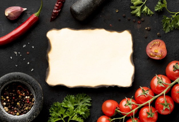Flache anordnung von köstlichem frischem gemüse mit leerer verbrannter karte