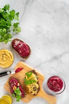 Flache anordnung von leckerem essen und zutaten Kostenlose Fotos
