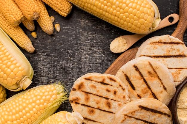 Flache anordnung von mais und arepas