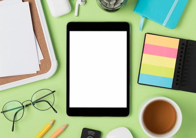 Flache auflage des schreibtisches mit tablet-modell