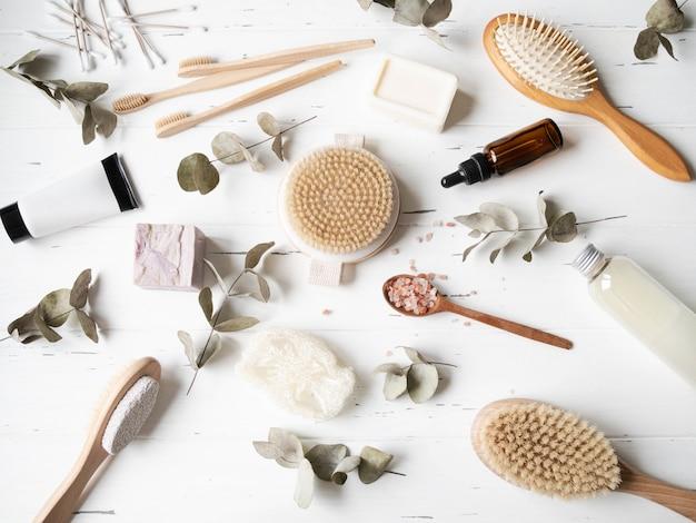 Flache auflage von körperpflegeprodukten für frauen. null-abfall-konzept. umweltfreundliches badset.