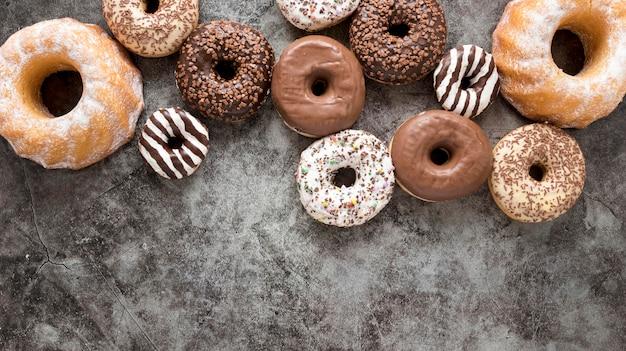 Flache auswahl an donuts mit kopierraum