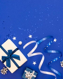 Flache auswahl an festlich verpackten geschenken mit kopierraum