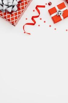 Flache auswahl an verpackten geschenken mit kopierraum