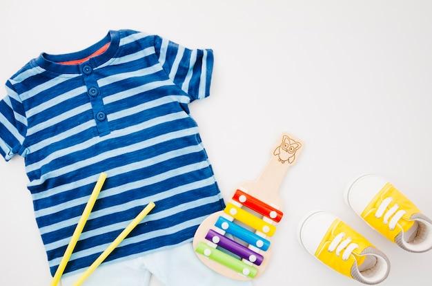 Flache babykleidung mit xylophon
