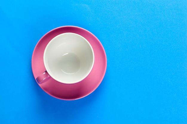 Flache blick auf kaffee oder tee tasse auf farbe