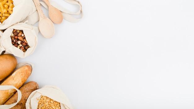 Flache brotauflage in wiederverwendbarem beutel mit nudeln und kopierraum