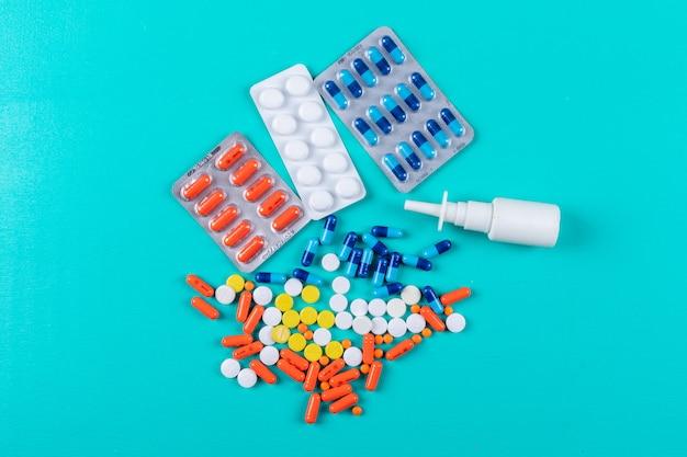 Flache bunte pillen mit nasenspray legen