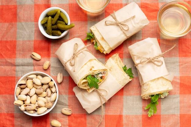 Flache burritos auf tischdecke legen