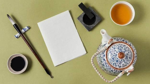 Flache chinesische tinte mit leerem papiersortiment