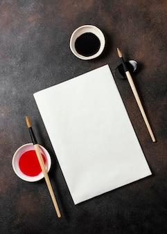 Flache chinesische tinte mit leerer kartenanordnung