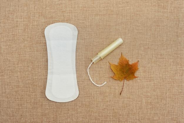 Flache damenhygiene mit damenbinde und tampon