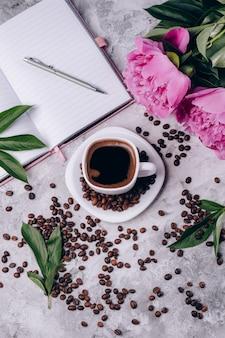 Flache dekoration mit kaffee und pfingstrosen