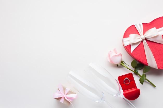 Flache dekoration mit romantischen gegenständen