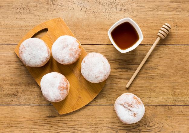 Flache donuts mit honigschöpflöffel