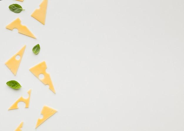 Flache dreieckige emmentaler käsescheiben mit kopienräumen