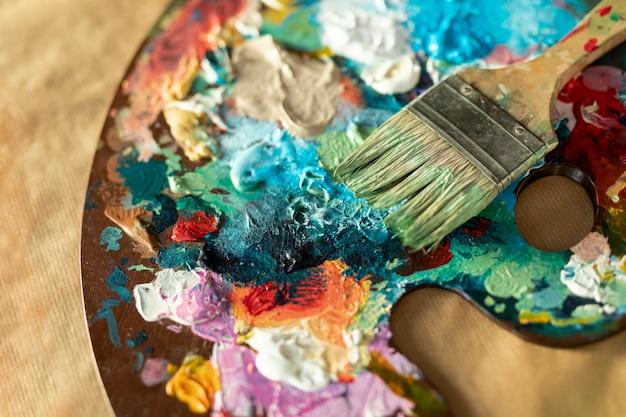 Flache farbwannenpalette mit pinsel