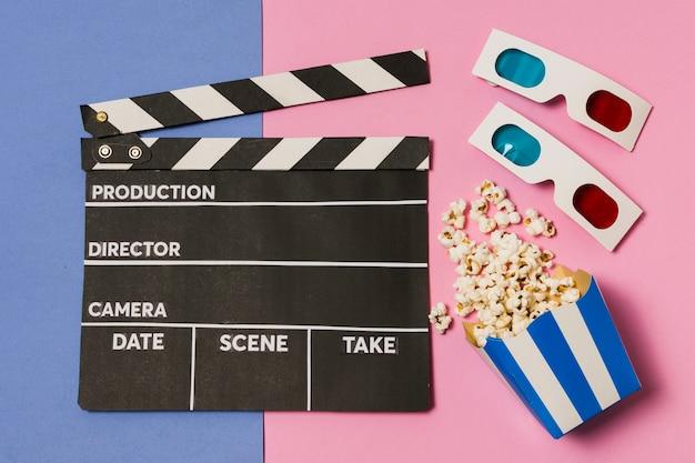 Flache filmschiefer und 3d-brille auf tisch legen