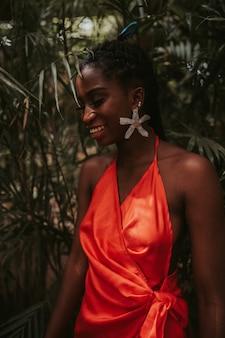 Flache fokusaufnahme einer attraktiven afroamerikanischen frau mit dreadlocks posiert