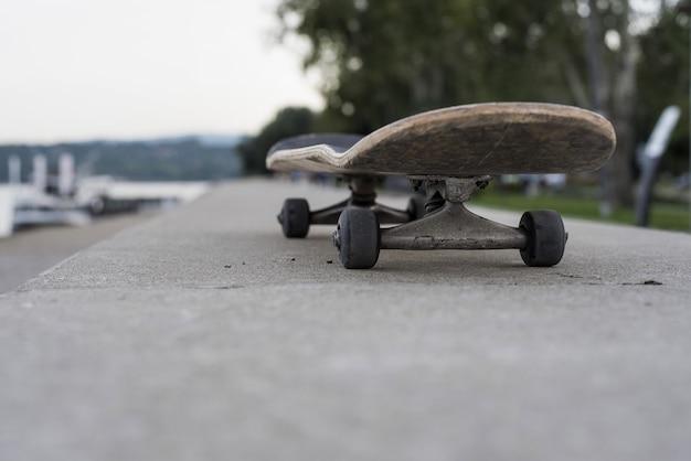 Flache fokusaufnahme eines skateboards