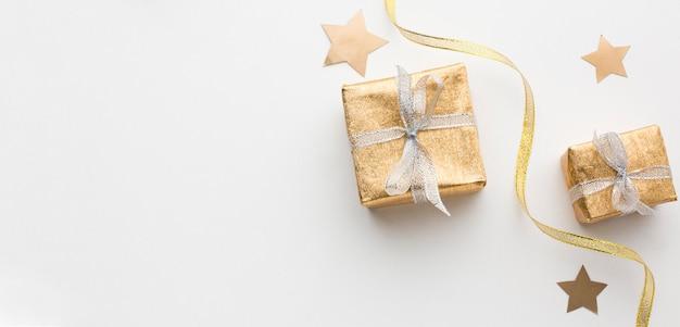 Flache geschenke auf dem tisch liegen