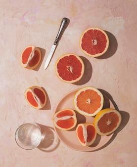 Flache grapefruit auf telleranordnung legen