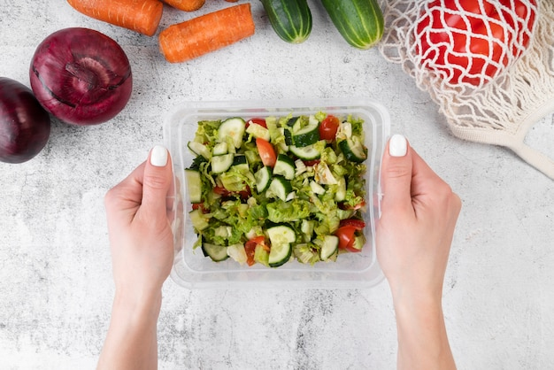 Flache hände, die salatschachtel hodeln