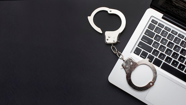 Flache handschellen mit laptop und kopierraum
