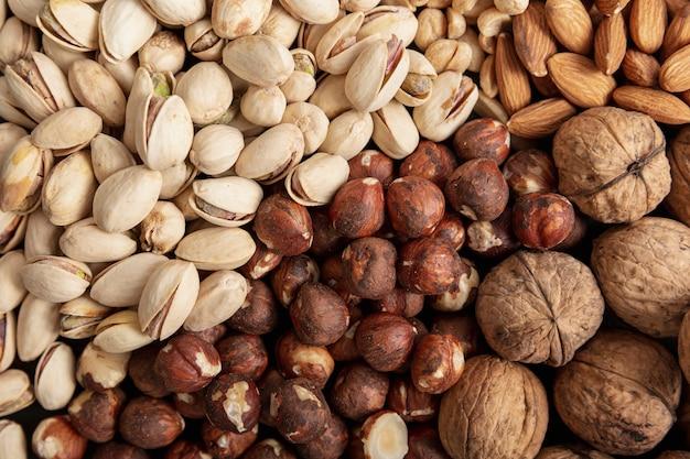 Flache haselnusslage mit mandeln und pistazien